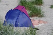 Einen offiziellen FKK-Strand gibt es auf Bornholm nicht, ausdrücklich verboten ist Nacktsein aber auch nicht.