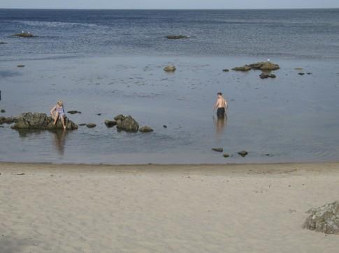 Der Strand am Südrand von Allinge ist eher als Badeplatz denn als Strand zu bezeichnen.