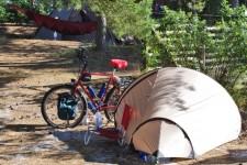 Radwanderer zelten mit geringstem Aufwand