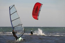 Die Gewässer vor Bornholms Küste sind gute Reviere für Surfer und Kiter, passende Winde gibt irgendwo immer.