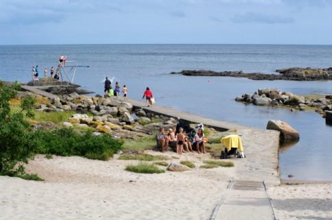 Eigentlich nur eine Bucht in der Felsenküste, aber mit seinem Mini-Sandstrand und dem zum Meer hin offenen Schwimmbad inklusive Sprungturm ist Hullehavn ein Geheimtipp unter den Bornholmer Badeplätzen.