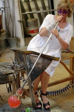 Kreatives Spiel mit dem Feuer - Glaskünstlerin Pernille Bülow bei der Arbeit