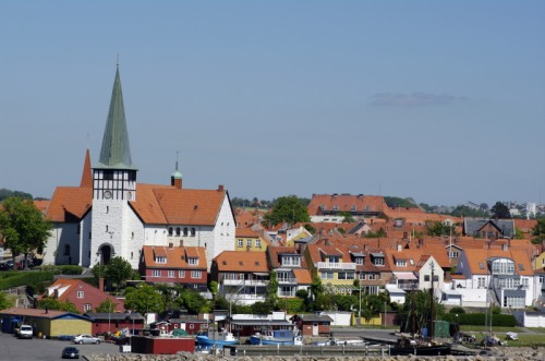 Die Inselhauptstadt Rønne begrüßt mit ihrer alten Kirche die ankommenden Fähren