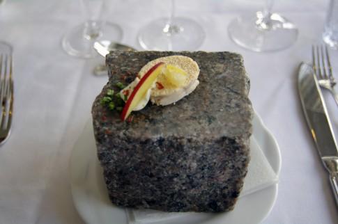 Frischer Rogen auf Bornholmer Granit serviert