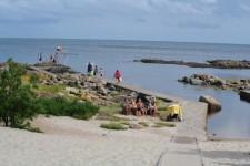 Strand mit direktem Zugang vom Hullehavn Camping am Südrand von Svaneke