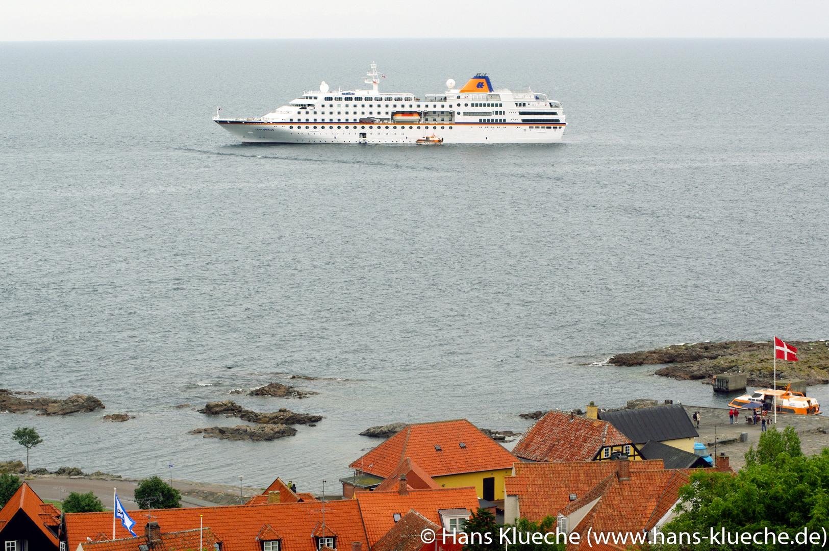 Gudhjem Bornholm Hafen mit Kreuzfahtschiff