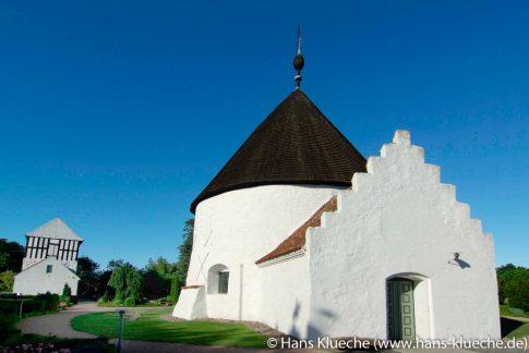 """Auch Bornholm kleinste Rundkirche in Nyker spielt eine Rolle in """"Das Granitgrab"""""""