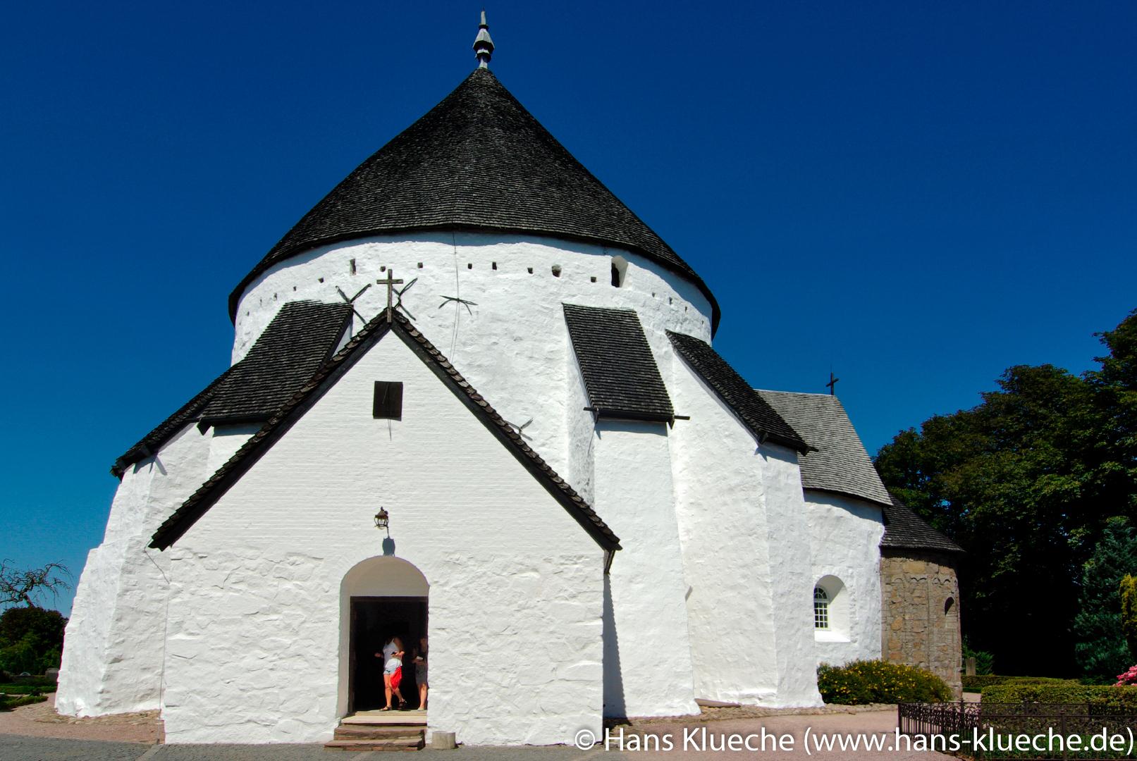 Østerlars Kirke und der Eingang durch das Waffenhaus